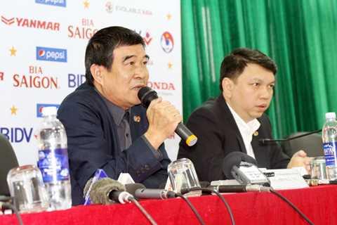 Phó chủ tịch VFF Nguyễn Xuân Gụ (trái) và TTK Lê Hoài Anh tại buổi họp trao đổi thông tin báo chí.