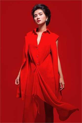 Trong bộ ảnh này, cô diện một loạt những trang phục từ kín đáo, tinh tế đến sexy, kiệm vải.