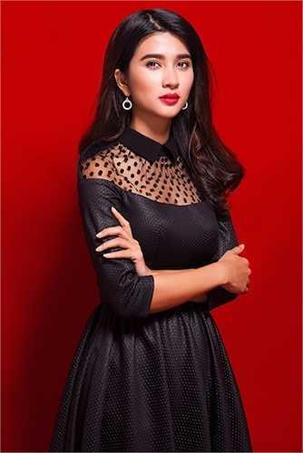 Kim Tuyến vô cùng sexy, bí ẩn với đầm đen xuyên thấu khoe vòng một.