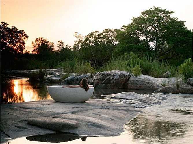 4. Londolozi Game Reserve, Mpumalanga, Nam Phi: Tọa lạc trong một khu rừng ven sông, Londolozi Game Reserve là một trong năm trại bảo tồn của khu vực. Tại đây du khách có thể khám phá những động vật hoang dã thông qua các chuyến và thưởng thức các bữa ăn tối dưới ánh nến ngoài trời với giá phòng khoảng 527 USD/đêm.