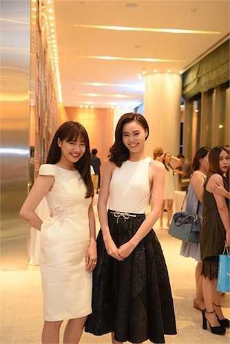 Nhã Phương và Lan Ngọc vừa đến sự kiện ra mắt của nhãn hàng. Nếu Nhã Phương là bạn gái thật của Trường Giang thì Lan Ngọc cũng từng bị gán ghép là người yêu của nam diễn viên hài sau các vai diễn trên sân khấu.