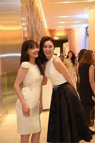 Hai cô gái xinh đẹp đều chọn những bộ trang phục tông đen trắng đơn giản, không quá sexy nhưng vẫn khoe được dáng vẻ quyến rũ trên cơ thể.