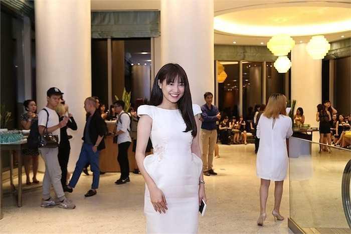 Nữ diễn viên Tuổi thanh xuân chọn chiếc đầm màu kem ôm sát để lộ vòng 2 thon gọn.
