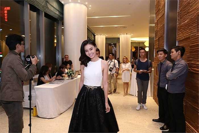 Lan Ngọc lại khéo léo chọn chân váy đen dài cùng croptop trắng. Cả hai nữ diễn viên tài năng ngay lập tức trở thành tâm điểm của sự kiện ngay khi vừa xuất hiện tại cổng chào.