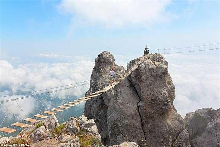 Nếu bạn muốn được trải nghiệm toàn bộ vẻ đẹp hùng vĩ của núi Ai-Petri trên bờ biển phía Đông Nam bán đảo Crưm, bạn phải vượt qua cây cầu bắc qua một khe núi rộng lớn