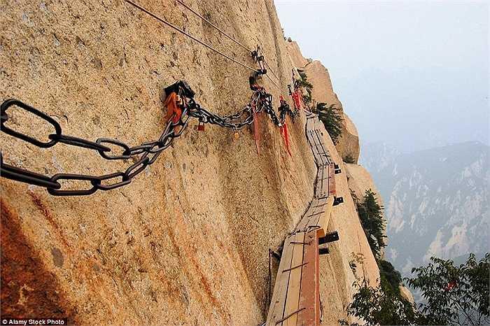 Có lẽ những người có 'tinh thần thép' mới vượt qua được cây cầu gỗ nguy hiểm nhất thế giới ở Hoa Sơn, Trung Quốc