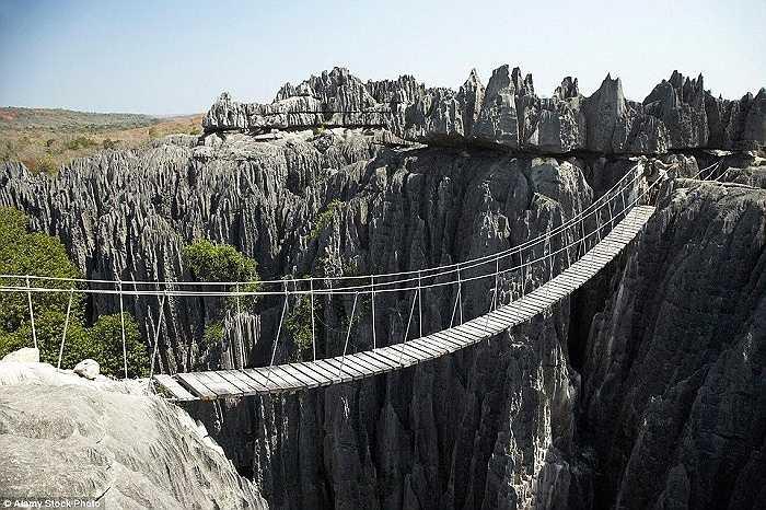 Du khách có thể đi qua thung lũng với những vách đá lởm chởm ở Vườn quốc gia Tsingy de Bemaraha bằng một cây cầu gỗ