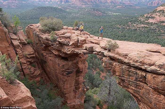 Vấp ngã là điều đáng sợ khi đi bộ trên cây cầu Devil's ở núi Red Rock-Secret, gần Sedona, Arizona