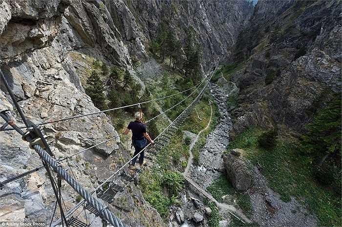 Để trải nghiệm những điều thú vị trên những hẻm núi St. Gervasio ở Piedmont, Ý, du khách có thể đi qua cây cầu Tibetan