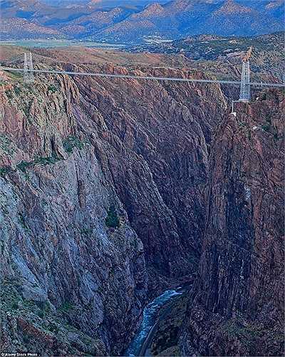 Cầu Royal Gorge Suspension ở Colorado là cây cầu treo cao nhất ở Mỹ với độ cao 321 m so với mặt đất