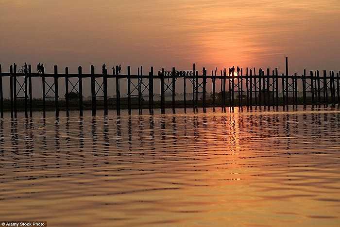 Đi bộ trên cầu U-Bein ọp ẹp bắc qua hồ Taungthaman ở Myanmar có thể thưởng thức cảnh hoàng hôn đẹp tuyệt vời ở đây