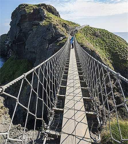 Cây cầu Carrick-a-Rede Rope Bridge ở Bắc Ireland sẽ đem lại cho du khách cảm giác đáng sợ khi nhìn xuống những tảng đá bên dưới