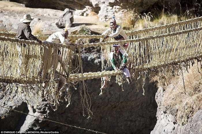 Mỗi năm người dân địa phương lại sửa lại chiếc cầu treo đặc biệt được dệt từ một loại cỏ ở đây có tên là Qeswachaka