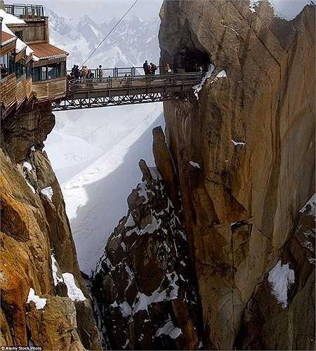Cây cầu trên núi Aiguille Du Midi ở Chamonix-Mont-Blanc với độ cao gần 3km so với mặt đất nằm trong danh sách những cây cầu nguy hiểm nhất thế giới