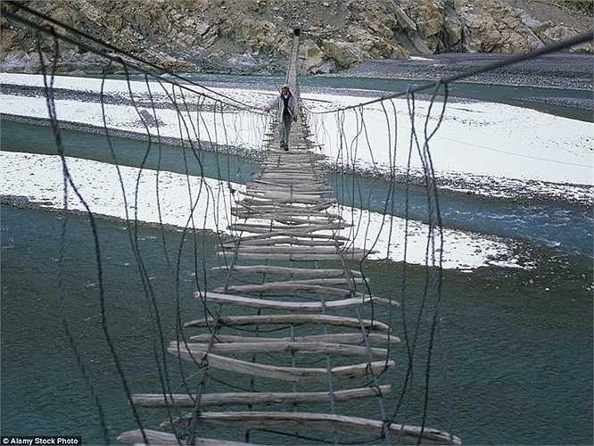 Cách duy nhất để qua con sông Hunza ở dãy núi Karakoram của Pakistan là đi qua cây cầu gỗ ọp ẹp có tên Hussaini