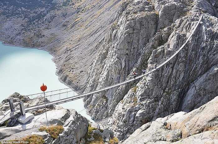 Cầu Trift dài gần 170m ở dãy núi Aps, Thụy Sĩ là cây cầu treo dành cho người đi bộ dài nhất thế giới