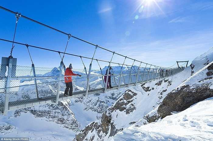 Cây cầu Titlis Cliff Walk Switzerland cao gần 3km so với mực nước biển được bắc trên những ngọn núi đồ sộ thách thức những ưa mạo hiểm