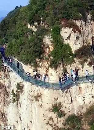Cây cầu có sàn bằng kính trên núi Yuntai, tỉnh Hà Nam, Trung Quốc được mở đón khách du lịch hồi tháng 9 vừa qua đã phải đóng cửa để sửa chữa khi mặt kính có hiện tượng nứt