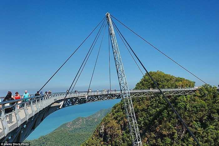 Được đưa vào sử dụng năm 2004, cây cầu Langkawi Sky trên đỉnh núi Machinchang ở Malaysia có độ cao gần 100m so với mặt đất và có sức chứa 250 người cùng lúc