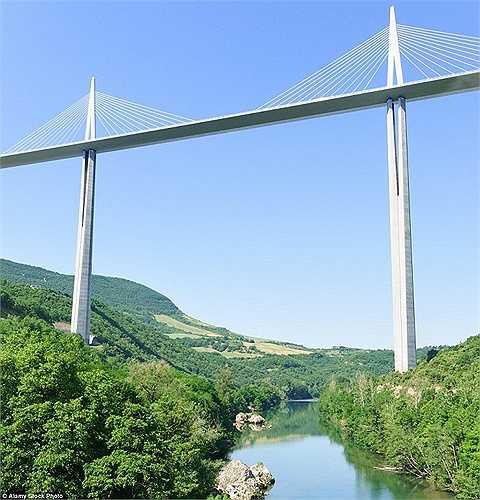 Điểm cao nhất của cây cầu Millau Viaduct ở Pháp còn cao hơn cả tháp Eiffel