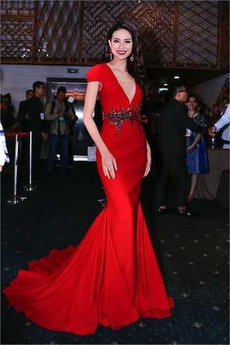 Hoa hậu Phạm Hương diện một chiếc đầm đuôi cá màu đỏ rực rỡ với đường xẻ sâu nằm trong BST 'San hô đỏ' của NTK Vincent Đoàn.