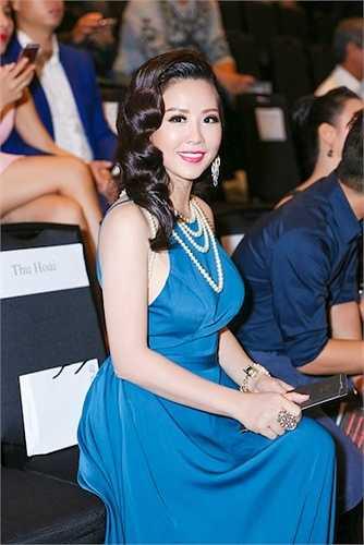 Hoa hậu Thu Hoài diện bộ váy dạ hội màu xanh coban cực kỳ kiêu sa và nổi bật. Với làn da trắng mịn màn và gương mặt đẹp quyến rũ, hoa hậu Thu Hoài vô cùng nổi bật trên thảm đỏ tối qua.