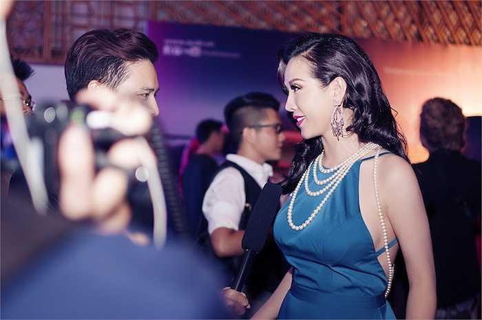 Được MC Phương Mai phỏng vấn ngay trên thảm đỏ, hoa hậu Thu Hoài cho biết cô rất háo hức xem bộ sưu tập kỳ công của Vincent Đoàn.