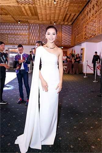 Á hậu Dương Trương Thiên Lý cũng đến dự show thời trang này.