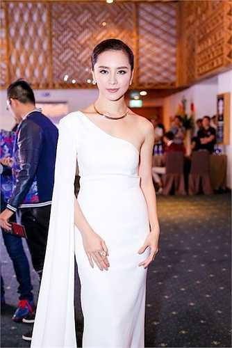 Cô cũng diện bộ váy trắng tinh khôi của NTK Vincent Đoàn.