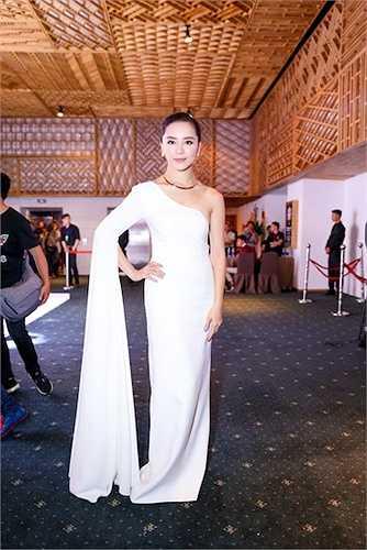 Với chi tiết tay áo đẹp mắt, bộ váy của Thiên Lý vừa thanh lịch vừa sang trọng, đúng với tính cách của Thiên Lý ngoài đời.