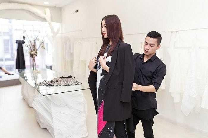 Một ngày trước show diễn, Thanh Hằng đến showroom của anh chọn trước trang phục. Cô là khách mời VIP của giám khảo Vietnam's Next Top Model 2015.