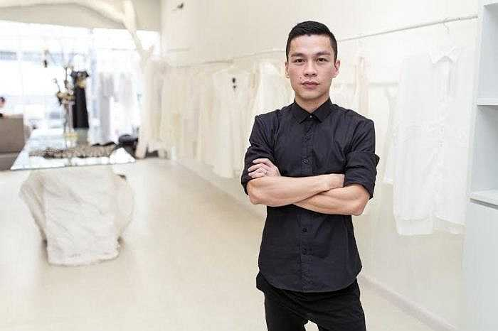 NTK Adrian Anh Tuấn chuẩn bị cho show diễn tại Tuần lễ Thời trang quốc tế Việt Nam 2015. (Trung Ngạn)