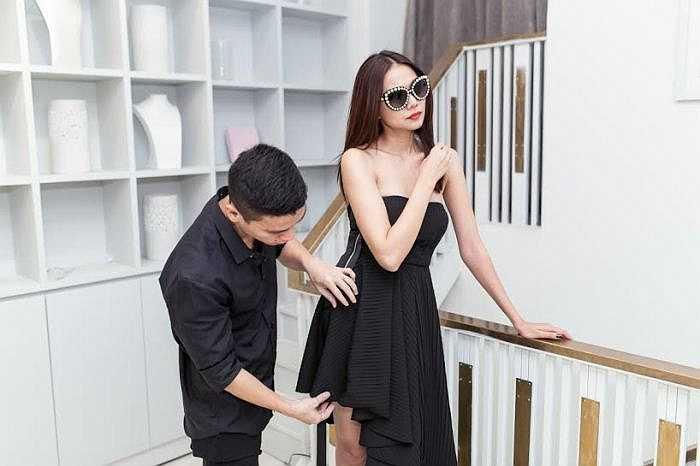 NTK Adrian Anh Tuấn hỗ trợ người đẹp tư vấn và ướm trang phục.