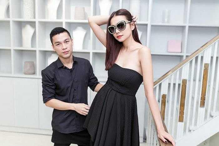 Adrian Anh Tuấn luôn theo sát chân dài để chỉnh sửa trang phục phù hợp nhất với cô.