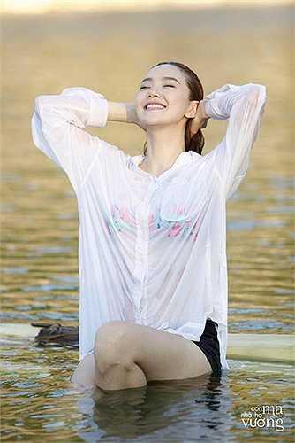 Minh Hằng khoe đường cong gợi cảm dưới nước trong bộ phim Con ma nhà họ Vương.