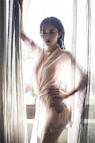 Người đẹp vừa thực hiện xong dự án phim điện ảnh Trót yêu đóng cùng Việt Trinh và Đức Hải.