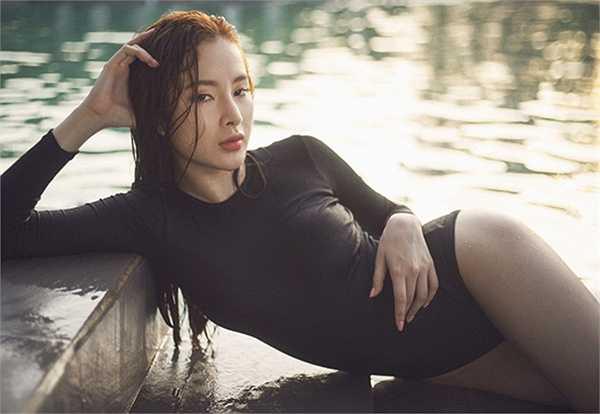 Đầu mùa hè 2015, Angela Phương Trinh 'thiêu đốt' mọi ánh nhìn bằng bộ ảnh bikini ướt át.