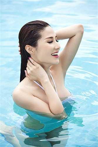 Diễm My 9X khoe vẻ đẹp trong sáng như thiên thần trong làn nước xanh mát ở bể bơi.