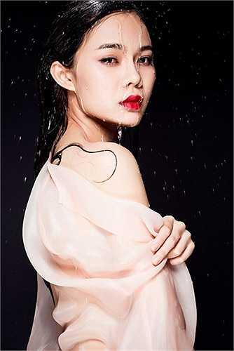 Nữ ca sĩ Giang Hồng Ngọc 'đổi gió' với phong cách sexy.