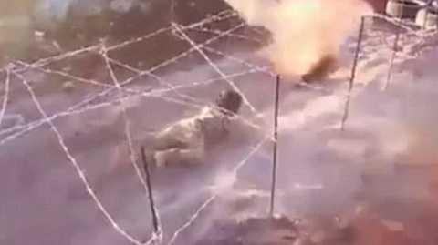 Chiến binh nhí IS bò dưới dây thép gai