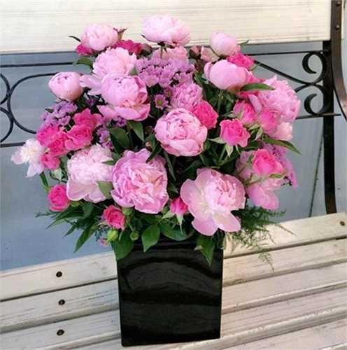 Bạn có thể tặng cho mẹ một bó hoa mẫu đơn ý nghĩa nhân ngày 20/10. Hoa mẫu đơn có giá từ 20.000 - 400.000 đồng/bông. Bạn có thể đặt một bó gồm mẫu đơn và nhiều loại hoa khác.