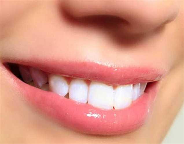 Làm trắng răng: Nếu bạn đang sử dụng một dung dịch nào đó súc miệng hoặc bất kỳ hóa chất khác để làm trắng răng, thì bạn nên chuyển sang dầu dừa. Nướu răng khỏe mạnh và hàm răng trắng đều nếu bạn dùng dầu dừa thường xuyên.