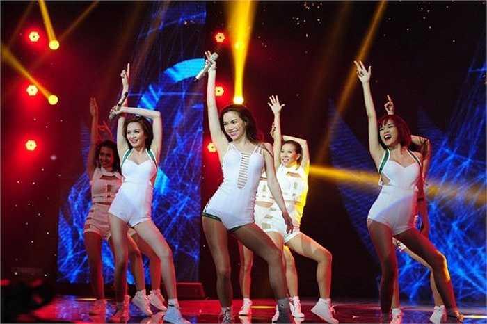 Dù bị chê là gầy so với tiêu chuẩn song Hà Hồ vẫn diễn rất sung trên sân khấu.