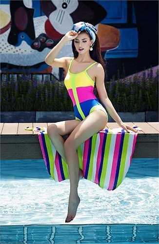 Hồng Quế khoe đường cong nóng bỏng trong một bộ ảnh bikini. (Nguồn: Dân Việt)