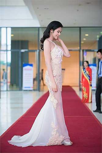 Tối qua (15/10), Ngọc Hân xuất hiện tại một sự kiện sau khi khoe giấy chứng nhận độc thân khiến dư luận đồn đoán Hoa hậu sắp lên xe hoa.