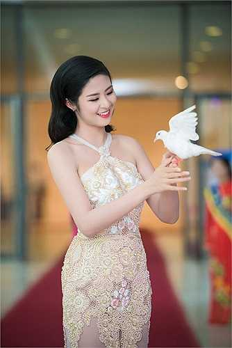 Người đẹp tích cực tham gia các hoạt động thời trang, bên cạnh đó là công việc làm MC.