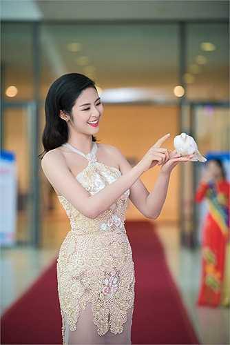 Hoa hậu Việt Nam 2010 mới khoe giấy chứng nhận độc thân khiến những người yêu mến cô mong chờ một đám cưới không xa.