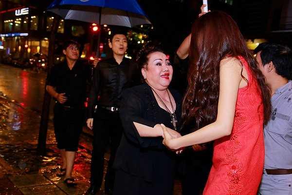 Bên cạnh đó, Phạm Hương cũng trìu mến cảm ơn NSND Ngọc Giàu đã động viên tinh thần cho cô, chỉ dạy cô rất nhiều điều trong cuộc sống.