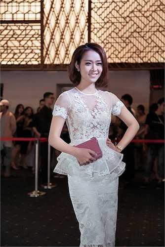 Ngay khi xuất hiện, cô đã thu hút ống kính của nhiều nhiếp ảnh gia và sự chú ý của khán giả có mặt.