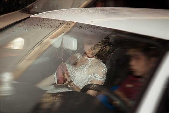 Cô bị bắt gặp khi được một người đàn ông lạ mặt đến đón. Đây cũng chính là chiếc xe sang đưa người đẹp đến dự sự kiện.